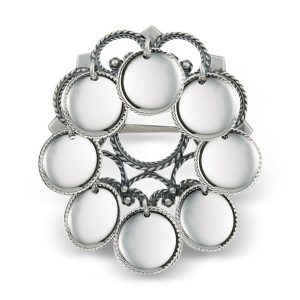 Mestergull Liten sølje i oksidert sølv omkranset av store, blanke trådkantløv. Sølja er mye brukt i Buskerud, spesielt til ulike Numedalsdrakter. NORSK BUNADSØLV Sølje