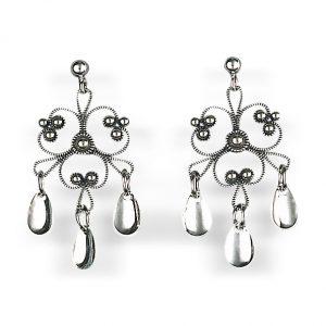 Mestergull Blomsterforma ørepynt i oksidert sølv med tradisjonell filigrandekor og små, blanke dryppløv. Passar til alle bunader med oksidert bunadsølv. NORSK BUNADSØLV Ørepynt