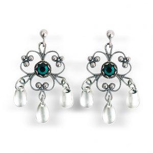 Mestergull Blomsterforma ørepynt i oksidert sølv med tradisjonell filigrandekor med grønn sten og små, blanke dryppløv. Passar til alle bunader med oksidert bunadsølv. NORSK BUNADSØLV Ørepynt