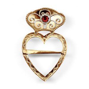 Mestergull Flott hjertesølje i forgylt som som brukes som halssølje til Fanabunaden. Et vakkert kjærlighetssymbol utsmykket med kruse og rød stein. NORSK BUNADSØLV Sølje