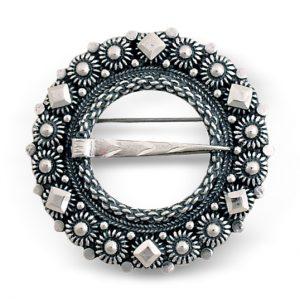 Mestergull Tradisjonell halsring i oksidert sølv. NORSK BUNADSØLV Halsknapp