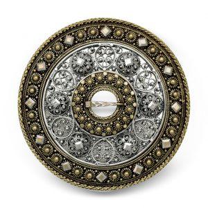 Mestergull Denne unike Trandeimsølja er utført i oksidert og gammelforgylt sølv rikt dekorert. NORSK BUNADSØLV Sølje