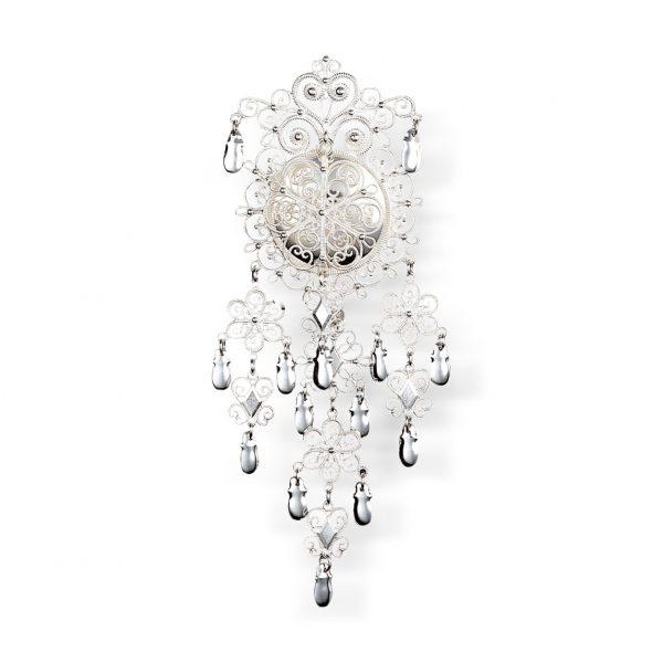 Mestergull Filigransølje med heng i hvitt sølv til Meldalsbunad. Den er svært detaljrik og er laget etter en modell fra slutten av 1800-talet. Finnes også i en større størrelse. NORSK BUNADSØLV Sølje