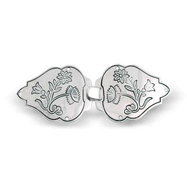 Mestergull Vestspenne i oksidert sølv til Nordlandsbunaden. Blomstermotivet er preget inn og tar utgangspunkt i broderiet på bunaden. NORSK BUNADSØLV Spenne