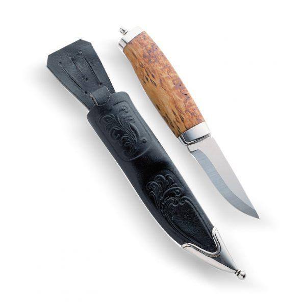 Mestergull Vangsguten er en flott bunadskniv til herre. Den har håndsmidd blad og er laminert med en herda stålkjerne i midten. Skaftet er laget av masurbjørk, som med sitt særpreg gir kniven et unikt uttrykk. Akantusbeslag i sølv på både skaft og slire. NORSK BUNADSØLV Slirekniv