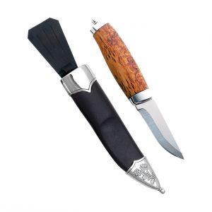Mestergull Denne bunadskniven til herre passer til Nordlandsbunaden. Blomstermotivet i sølv på skinnslira står i stil med resten av sølvet til Nordland. Skaftet er laget av bjørk og har knivblad i rustfritt stål. NORSK BUNADSØLV Slirekniv