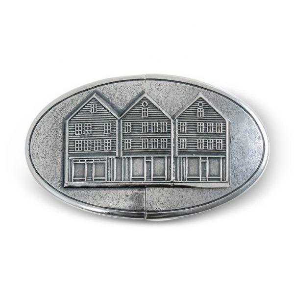 Mestergull Beltespenne i oksidert sølv med øsken til Bergensbunaden. Motivet av Bryggen - det mest kjente landemerket i byen. NORSK BUNADSØLV Spenne