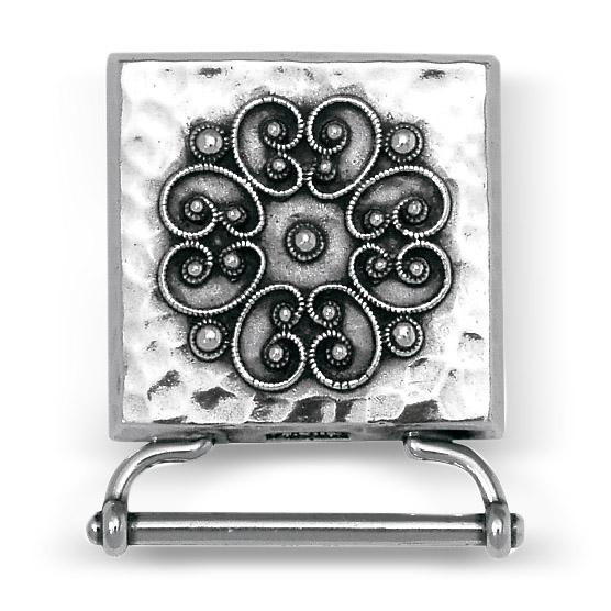 Mestergull Veskestøl i støpt og oksidert sølv med hamret overlate, trådkantløv og flott filigrandekor. Monteres på sort skinnlist og er typisk brukt til Rogalandsbunaden. NORSK BUNADSØLV Belte