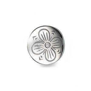 Mestergull Støpt tradisjonell bunadsknapp i oksidert sølv. Firkløveren - symbolet på hell og lykke pryder denne knappen. NORSK BUNADSØLV Knapp