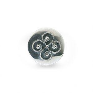 Mestergull Flat bunadsknapp i oksidert sølv med påloddet filigran. Mye brukt til Rogalandsbunaden. Flere størrelser. NORSK BUNADSØLV Knapp