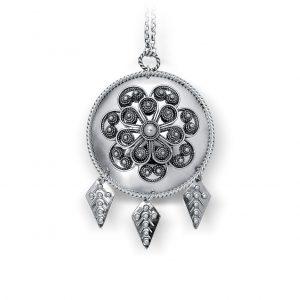 Mestergull Staselig Agnus Dei i oksidert sølv med filigran og tre rombeformede løvheng til Trøndelag. NORSK BUNADSØLV Kjede
