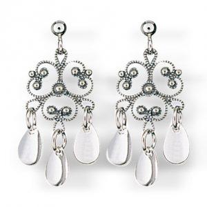 Mestergull Blomsterformede ørepynt i oksidert sølv med tradisjonell filigrandekor og blanke dryppløv. NORSK BUNADSØLV Ørepynt