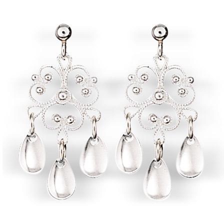 Mestergull Blomsterformede ørepynt i hvitt sølv med tradisjonell filigrandekor og blanke dryppløv. NORSK BUNADSØLV Ørepynt