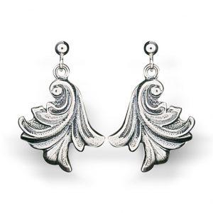 Mestergull Hengende bunadsørepynt til Vestfoldbunaden i oksidert sølv. Finnes i to størrelser. NORSK BUNADSØLV Ørepynt