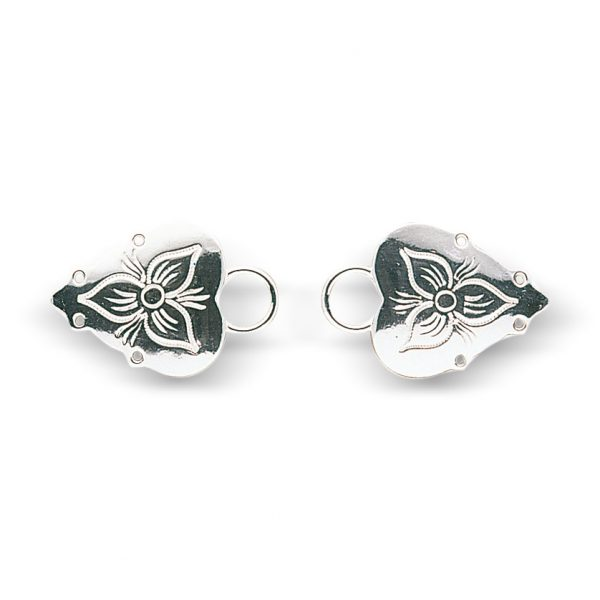 Mestergull Støpte maljer i hvitt sølv med gravert dekor. NORSK BUNADSØLV Maljer