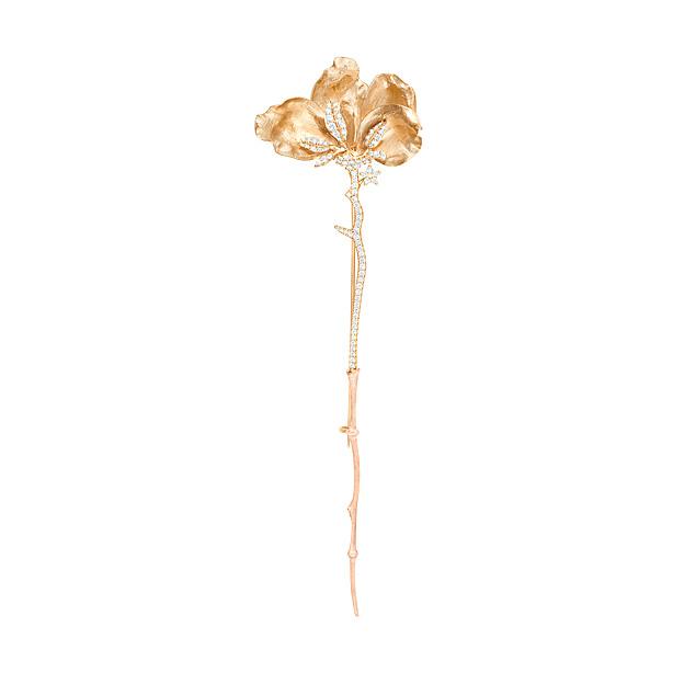 Mestergull Wild Rose brosje (liten) i 18 kt. gult gull med diamanter, totalt 0,67 ct. TwVs 12 cm. LYNGGAARD Anheng