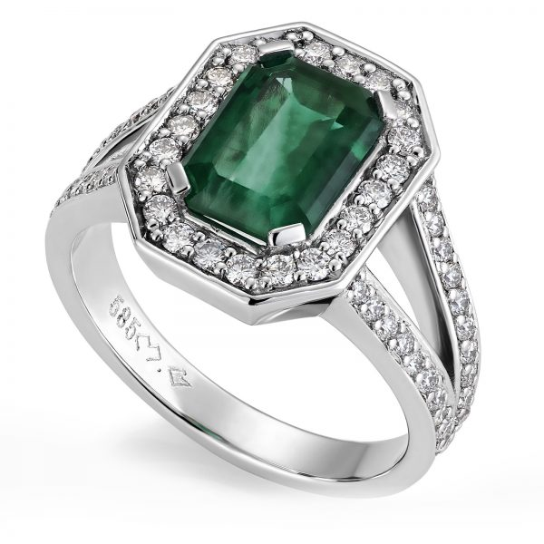 Mestergull Ring i hvitt gull 585 med smaragd og 64 diamanter. Smaragden veier 2,53 ct. og samlat vekt på diamantene er 0,86 ct. HSI DESIGN STUDIO Spesialdesign Ring