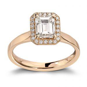 Mestergull Spesialdesignet ring med diamant i emerald cut og 22 brillianter i kransen. Tot. 1,24 ct. Ringen er utført i gult gull 585 DESIGN STUDIO Solitaire Ring