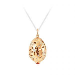 Mestergull Lace anheng i 18kt. gult gull med rød korall og 66 diamanter totalt 0,58 ct. TwVs LYNGGAARD Lace Anheng
