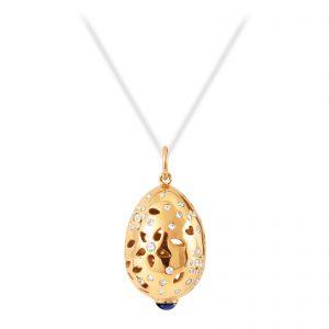 Mestergull Lace Anheng i 18 kt. gult gull med lapis lazuli og 66 diamanter, totalt 0,58 ct. TwVs LYNGGAARD Lace Anheng