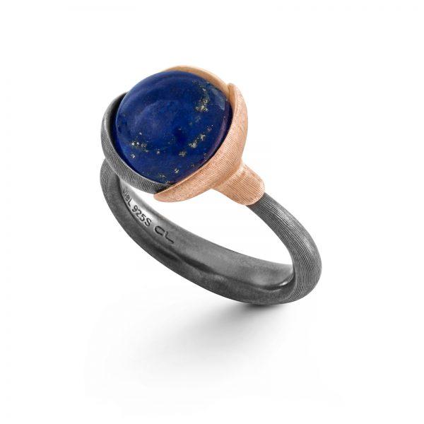 Mestergull Ring Lotus str. 2 i oksidert sølv med blad i 18kt rosé og gult gull. Lapis lazuli. LYNGGAARD Lotus Ring