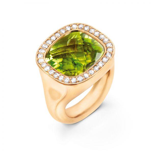 Mestergull Cushion ring i 18kt. gult gull med peridot 12 x 13mm og 30 diamanter totalt 0,30 ct. TwVs LYNGGAARD Cushion Ring