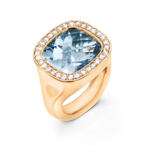 Mestergull Cushion ring i 18kt Gult gull med akvamarin 12x13mm og 30 diamanter totalt 0,30 ct. TwVs LYNGGAARD Cushion Ring
