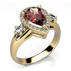Mestergull Spesialutviklet ring i gult gull 585 med granat og diamanter. Totalt 26 diamanter 0,33 ct. HSI DESIGN STUDIO Spesialdesign Ring