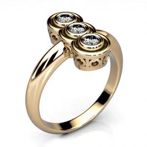 Mestergull Ring spesiallaget til kundens diamanter etter bilde av tidligere ring. Ringen er utført i gult gull 585. DESIGN STUDIO Spesialdesign Ring