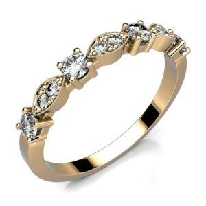 Mestergull Elegant rekkering i gult gull 585 med gjenbruk av kundens diamanter samt nye. Ringen har en petit utførelse og gir et sart uttrykk uten at dette går utover styrke og kvalitet. DESIGN STUDIO Spesialdesign Ring