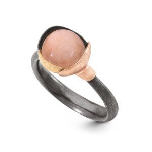 Mestergull Lotus ring str. 1 i oksidert sølv med blad i 18 kt. rosè og gult gull - Blush månesten. LYNGGAARD Lotus Ring