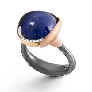 Mestergull Ring Lotus str. 3 i oksidert sølv med blad i 18kt rosè og gult gull. Lapis lazuli. 13 diamanter, toyalt 0,05ct TwVs. LYNGGAARD Lotus Ring