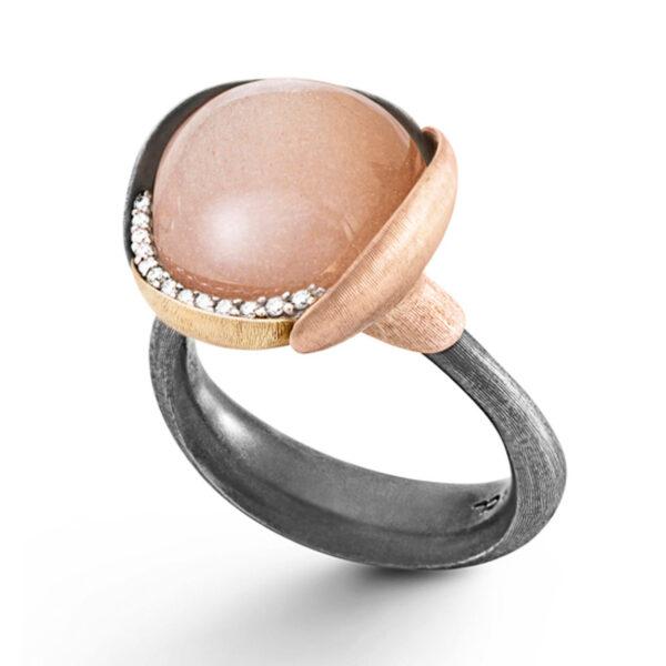 Mestergull Lotus ring str. 3 i oksidert sølv med blad i 18kt. rosè og gult gull - 13 diamanter totalt 0,05 ct. TwVs - Bluch månesten LYNGGAARD Lotus Ring