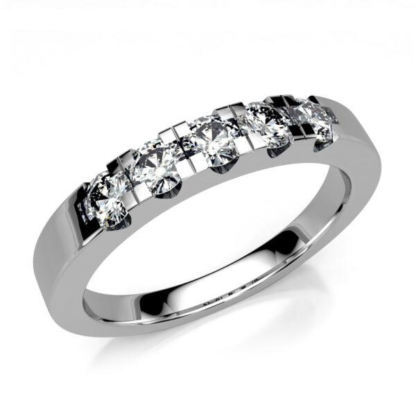 Mestergull Rekkering i hvitt gull med gjenbruk av kundens diamanter. Diamantene er fattet i forløp med variasjoner mellom 3,1 og 3,4 mm DESIGN STUDIO Spesialdesign Ring