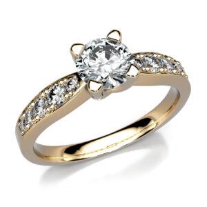 Mestergull Solitaire ring i gult gull etter kundens skisser. Ringen er fattet med 11 diamanter. Hovedstenen er 0,50 ct. og skuldrene er fattet i forløp med 5 diamanter på hver side. DESIGN STUDIO Solitaire Ring