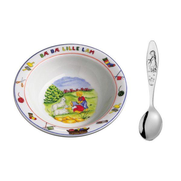 Mestergull Sølv barneskje med grøtskål i porselen i mønsteret Bæ-bæ B? B? LILLE LAM PIKE Barneskje
