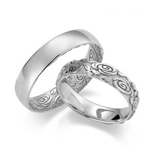 Mestergull Med detaljert lasergravering kan ringene gjøres helt spesielle og unike. Tegn gjerne deres eget mønster for gravering innvendig eller utvendig på ringene. Prisen nedenfor er pr. ring. LYKKERINGENE Eksempel Ring