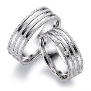 Mestergull Dette er et spennende par ringer og viser noe av hva man kan få til med Lykkeringene. Profil 6 i hvitt gull med smerglet overflate og diamantskåret mønster. Prisen nedenfor er pr. ring uten diamanter da disse kan velges i mange varianter LYKKERINGENE Eksempel Ring