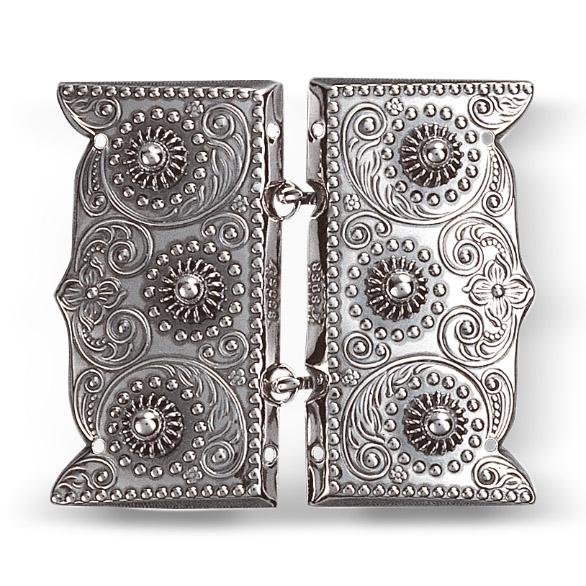 Mestergull Beltespenne i oksidert sølv for påsying med dekorative kruser og lekre detaljer. Leveres som par. NORSK BUNADSØLV Spenne