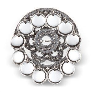 Mestergull Vakker slangesølje i oksidert sølv med blanke trådkantløv. Utsøkte deatljer med kruser, kjørner og demantar. I Telemark var det fra gammelt av vanlig å feste denne på bringa og bruke den som jentesølje. NORSK BUNADSØLV Sølje