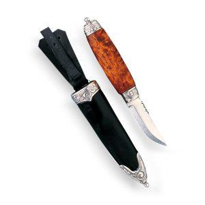 Mestergull Bunadskniv til herre - Et fint tilbehør til bunaden. Olakniven har håndsmidd blad og er laminert med en herdet stålkjerne i midten. Skaftet er laga av masurbjørk, håndsydd slire og akantusbeslag i sølv på både skaft og slire. NORSK BUNADSØLV Slirekniv