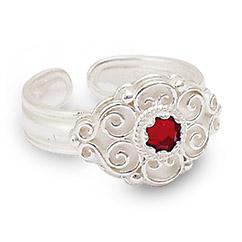 Mestergull Bunadsring i hvitt sølv med tradisjonsrikt filigransarbeid og rød sten. Ringen er regulerbar og passer alle størrelser. NORSK BUNADSØLV Ring