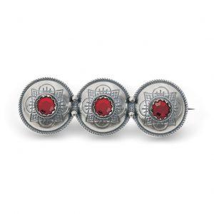 Mestergull Olinenål i ogsidert sølv med røde stener NORSK BUNADSØLV Nål