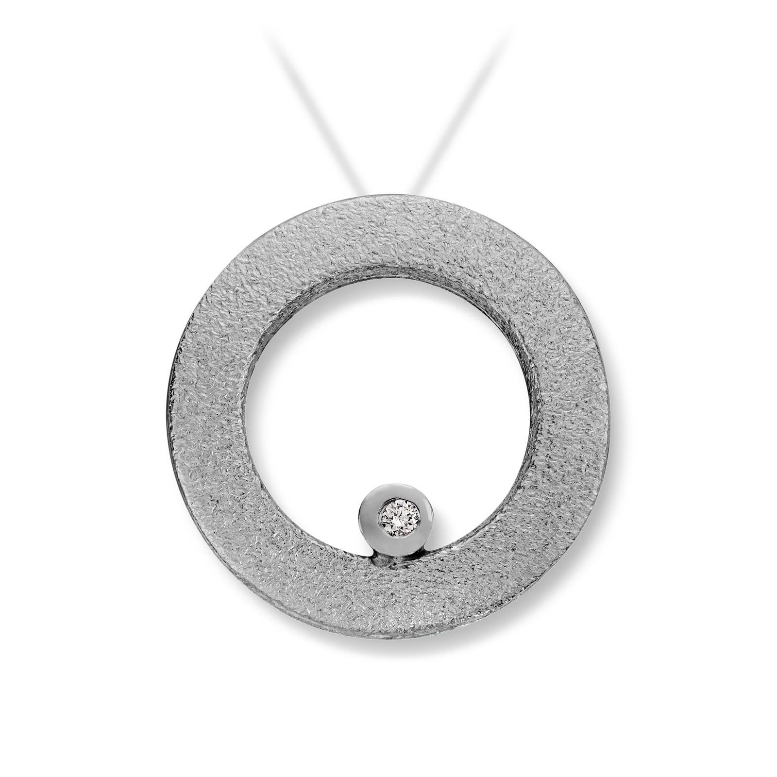 Mestergull Lås i hvitt gull med dia. 2 x 0,02 carat TWSI. Diameter 1,8 cm. VAN BERGEN Circle Lås