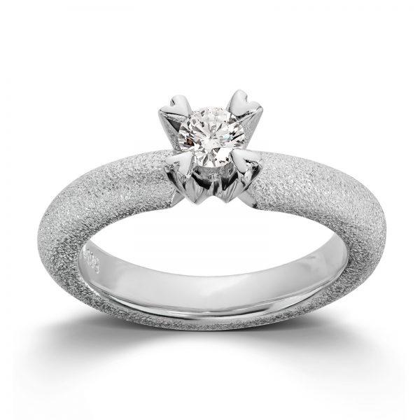 Mestergull Ring i hvitt gull med dia. 0,30 carat TWSI, fattet med små hjerteklør. VAN BERGEN Golden Heart Ring