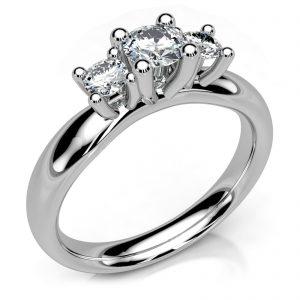 Mestergull Spesialdesignet ring i hvitt gull med gjenbruk av kundens diamanter. Ringskinnen utviklet etter kundens skisser og er godt avrundet for god komfort DESIGN STUDIO Spesialdesign Ring