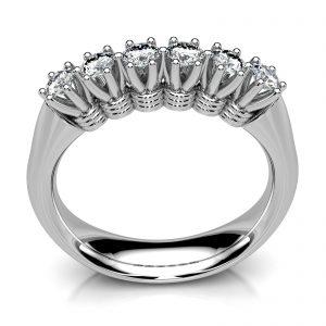 Mestergull Utvikling av ny ringskinne til kundens gamle ring med høy affeksjonsverdi. Toppen av den gamle ringen er beholdt etter ettersyn og forsterkning. Ny skinne er utviklet i hvitt gull 585 i kraftig moderne utførelse DESIGN STUDIO Spesialdesign Ring