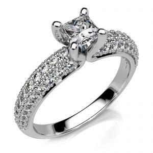 Mestergull Spesialdesignet ring i hvitt gull 585 med diamanter. Senterstenen er en Princess Cut. på 0,38 ct. 62 brillianter er pavèrt på ringens skuldre. Samlet diamantvekt er 0,86 ct. HSI DESIGN STUDIO Spesialdesign Ring