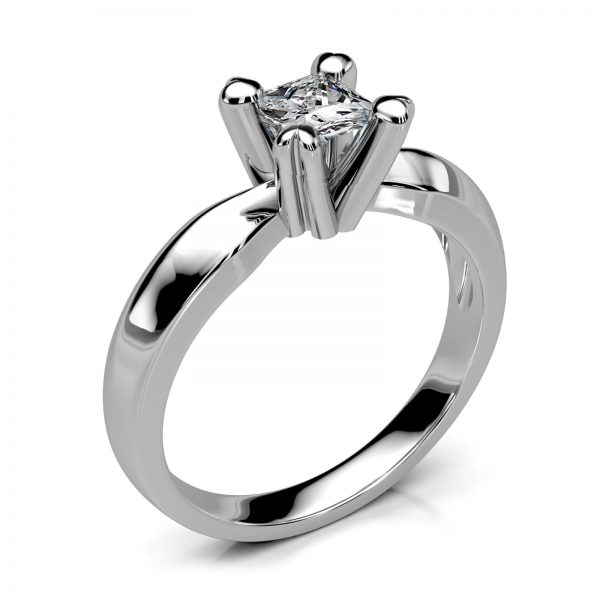 Mestergull Ring i hvitt gull spesialutviklet til kundens diamant i Princess Cut. Ringen er laget i massiv utførelse i 585 hvitt gull. DESIGN STUDIO Spesialdesign Ring