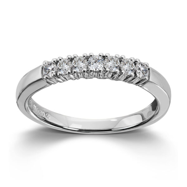Mestergull Vår Allianse ring har siden 1992 vært en av de mest klassiske diamantringene i landet. Allianse lar deg bygge på med nye stener for hver ny anledning. ALLIANSE Dia. 0,04 ct. Ring